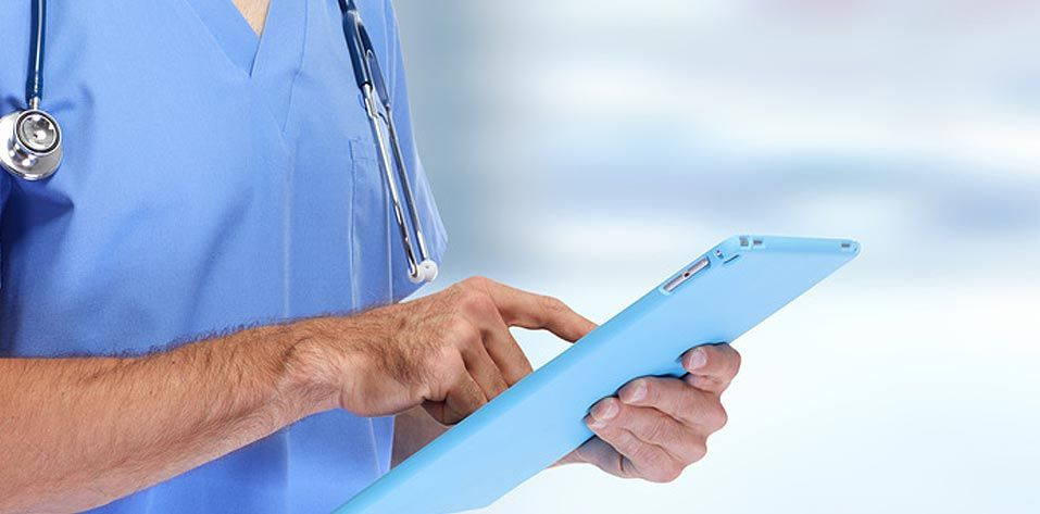 Arzt mit Tablett