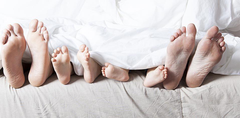 Familienfuesse im Bett